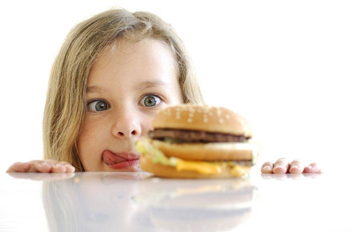 استفاده کودکان از سوسیس و کالباس و همبرگر